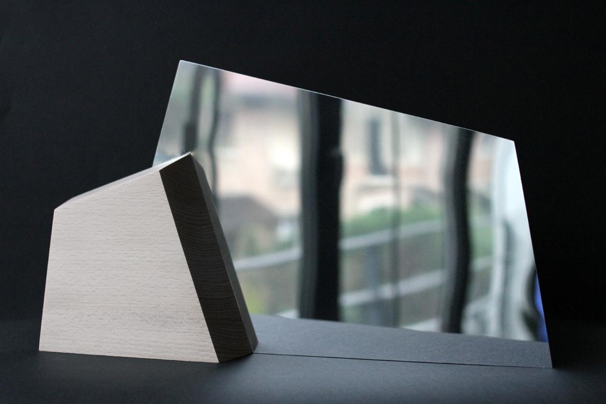 Miroir bois ALPI - bois - inox poli - Objet - double face - allures de montagnes - Vue de dos - détails bois et tranche de l'inox poli. - Design sur-mesure - Agence MAJOTIK