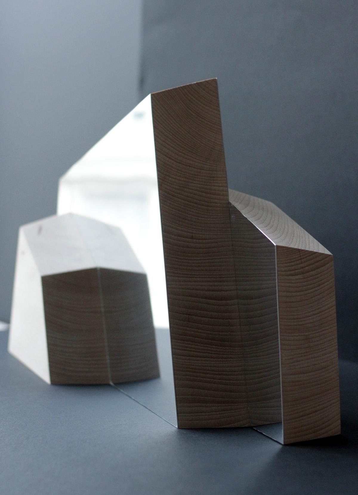 Miroir bois ALPI - bois - inox poli - Objet - double face - allures de montagnes - Vue de côté - détails bois et tranche de l'inox poli. - Design sur-mesure - Agence MAJOTIK