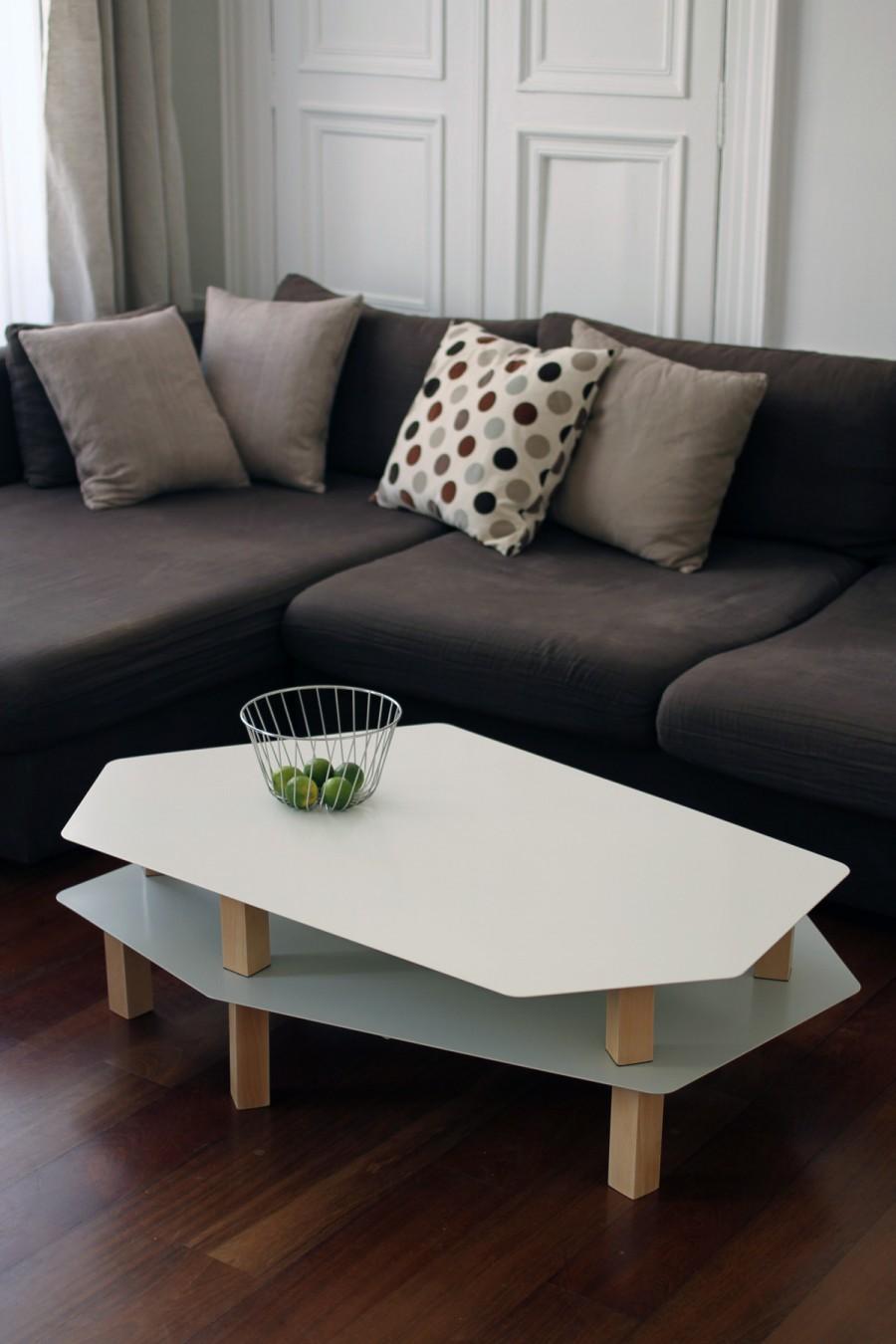 Table basse Kaggebo à double étages - en métal blanc et gris et en bois naturel - vue de face - double étages in situ