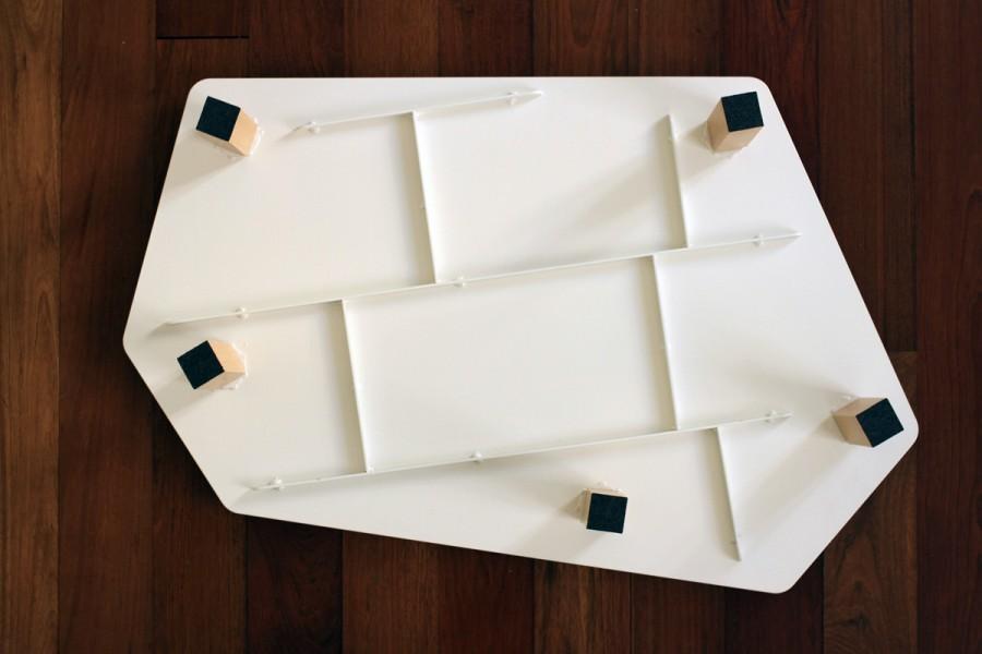 Table basse Kaggebo à double étages- en métal blanc et gris et bois naturel - détails du dessous et piètement