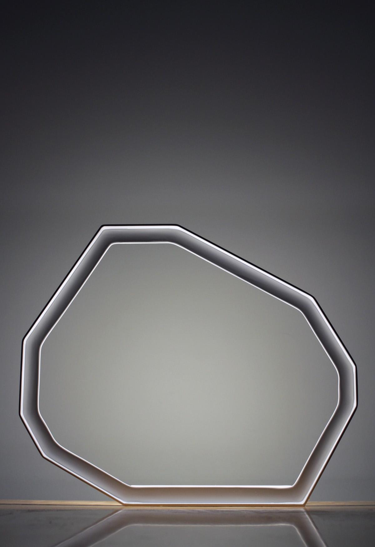 Luminaire Météorite - vue de face - LEDS - Objet - cornière métal - blanc - design sur-mesure - Agence MAJOTIK