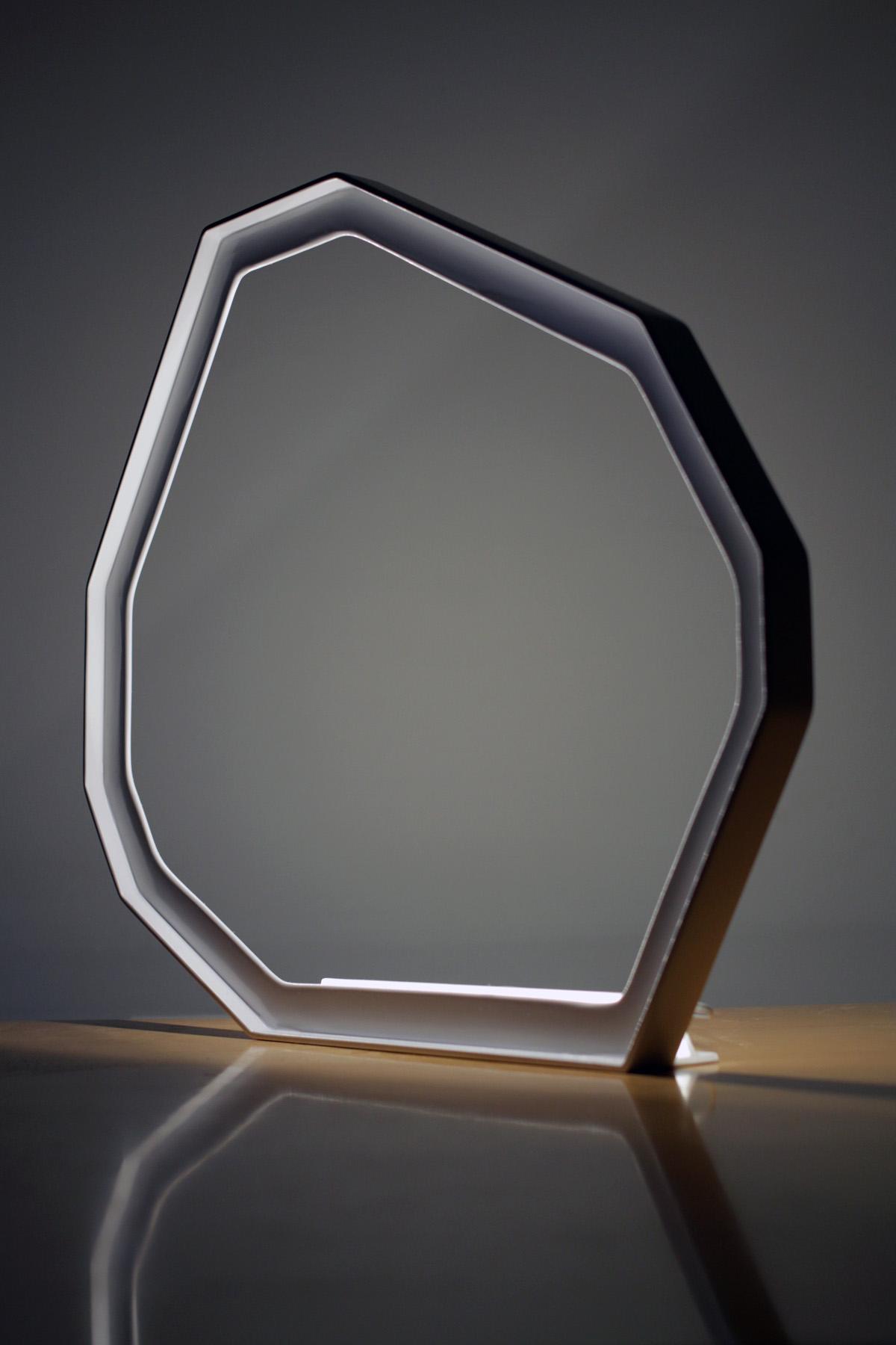 Luminaire Météorite - vue de côté - LEDS - Objet - cornière métal - blanc - design sur-mesure - Agence MAJOTIK