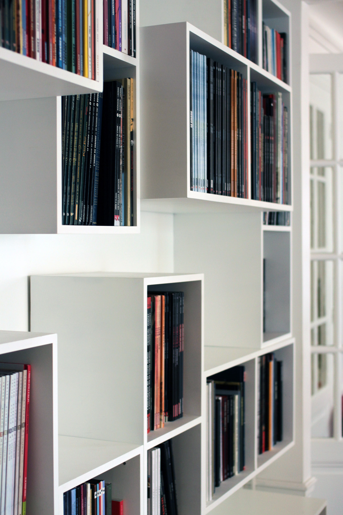 Malo5 bibliothèque Mobilier BD cubes blanc Bandes dessinées design sur-mesure Agence MAJOTIK