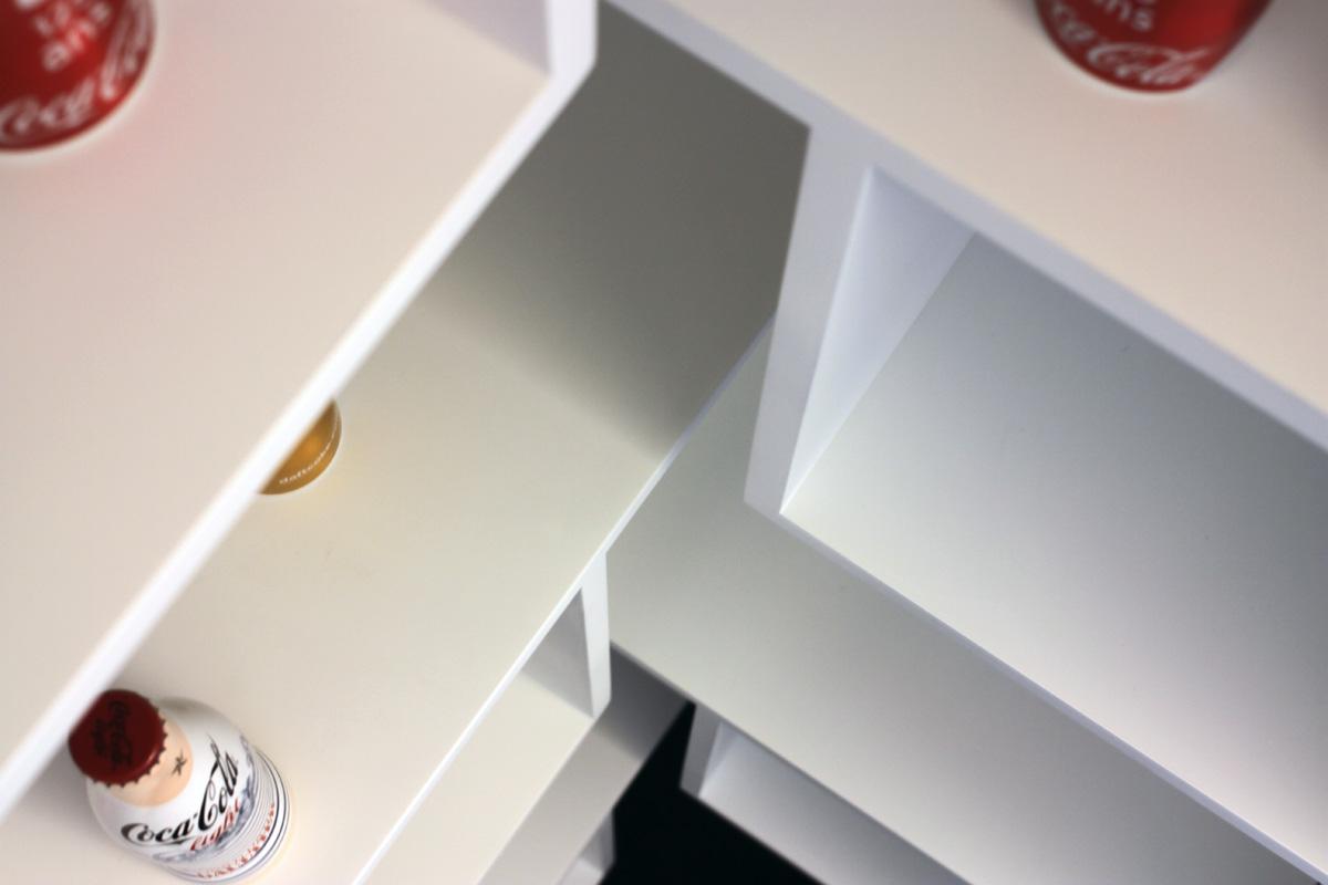 Media-tech2 AEGIS MEDIA bibliothèque Mobilier cubes blanc bureau Jadot design sur-mesure Agence MAJOTIK