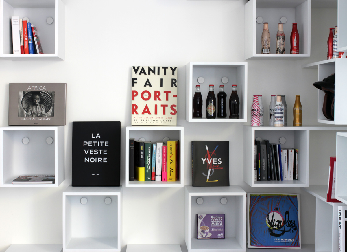 Media-tech3 AEGIS MEDIA bibliothèque Mobilier cubes blanc bureau Jadot design sur-mesure Agence MAJOTIK