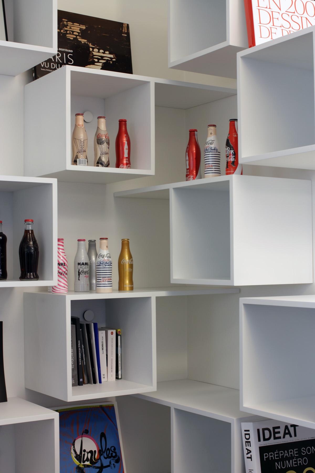 Media-tech4 AEGIS MEDIA bibliothèque Mobilier cubes blanc bureau Jadot design sur-mesure Agence MAJOTIK