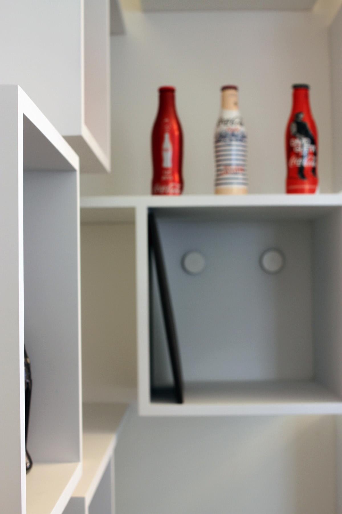 Media-tech5 AEGIS MEDIA bibliothèque Mobilier cubes blanc bureau Jadot design sur-mesure Agence MAJOTIK