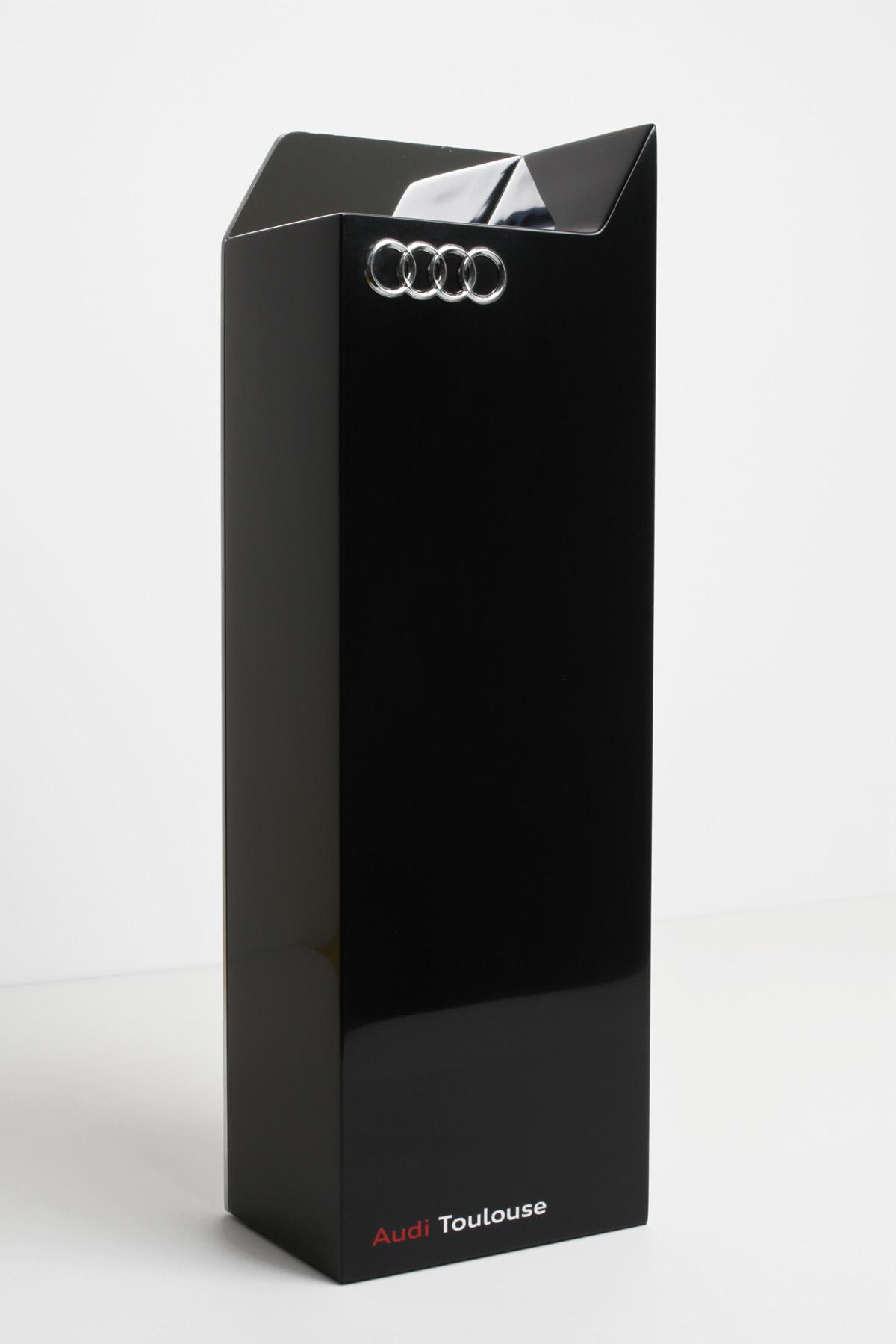 Trophée Audi1 fabrication architecture logos vernis Léa Longis design sur-mesure Agence MAJOTIK