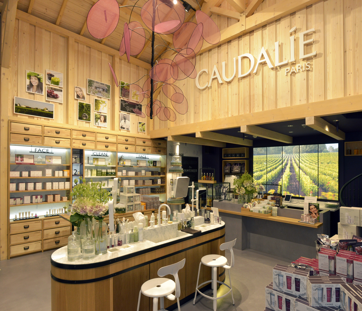 CAUDALIE PARIS LOUVRE SUSPENSION GRAPPE METAL TISSU TRANSPARENCE FABRICATION AGENCE MAJOTIK
