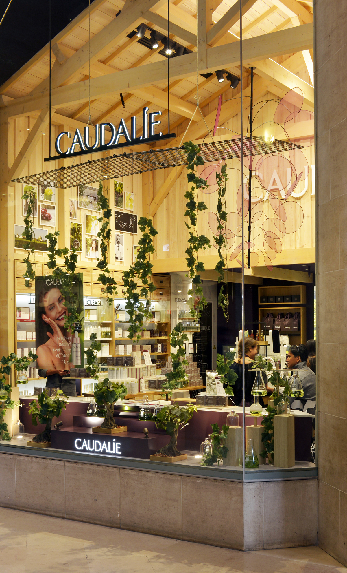 CAUDALIE PARIS LOUVRE VITRINE 2 SUSPENSION GRAPPE METAL TISSU TRANSPARENCE FABRICATION AGENCE MAJOTIK