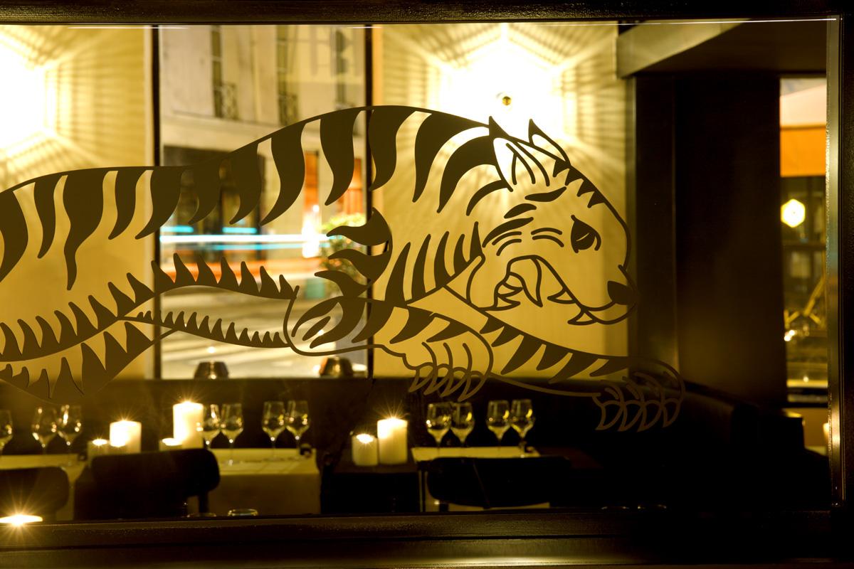 Restaurant Le TIGrr Paris sticker tigre miroir cuisine asiatique Agence MAJOTIK