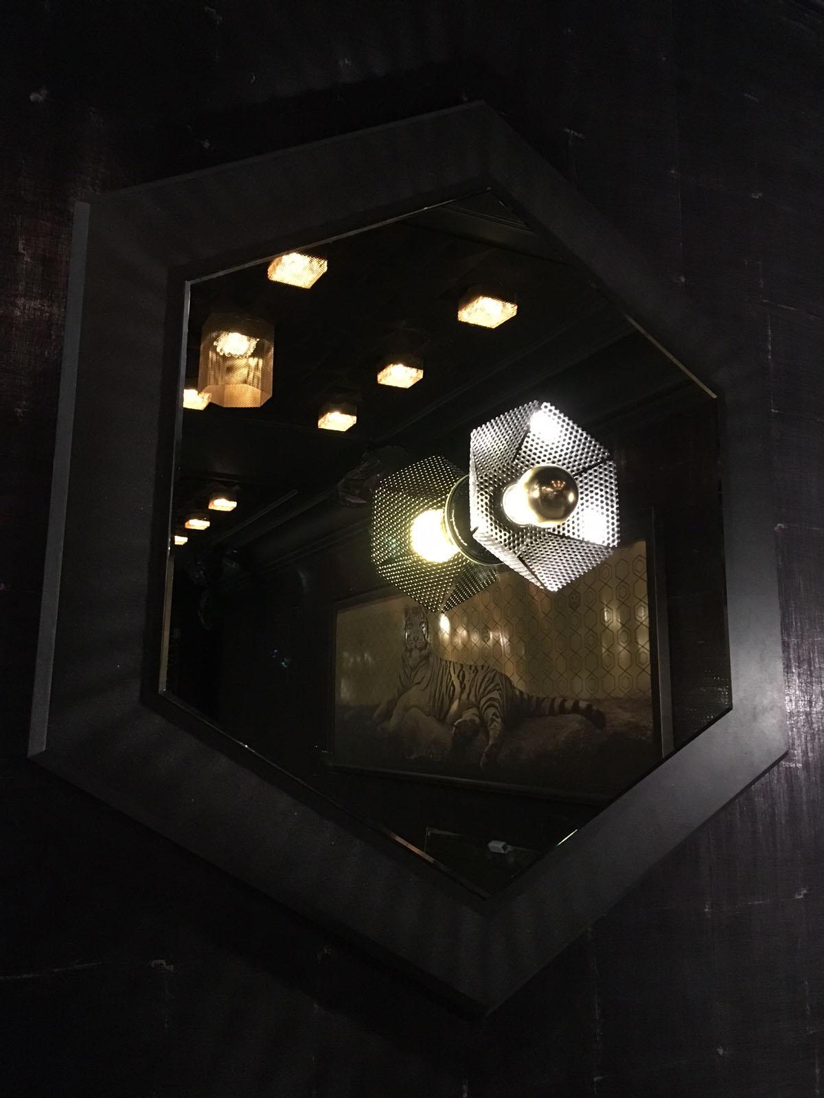 Restaurant Le TIGrr Courchevel bar asiatique Miroirs appliques metal impression tigre dibond or sur-mesure design Agence MAJOTIK