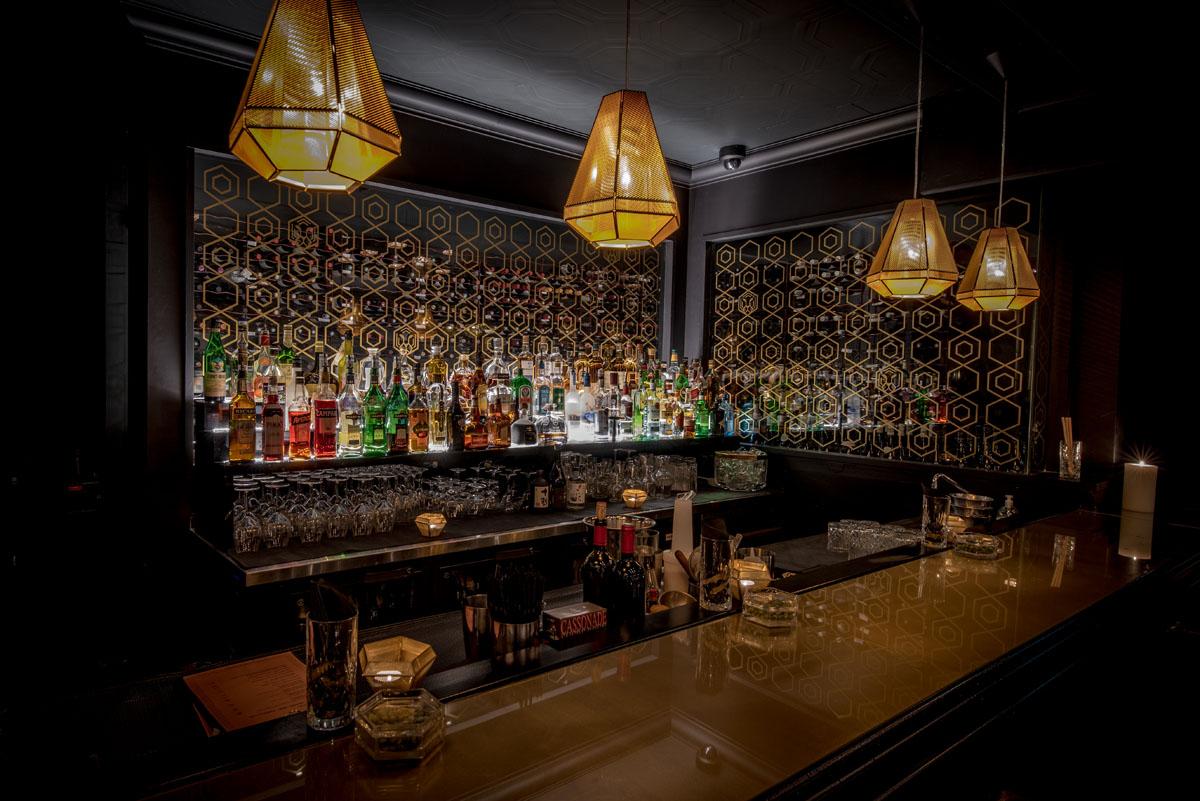 Restaurant Le TIGrr Courchevel bar asiatique leds stickers back bar or sur-mesure design Agence MAJOTIK