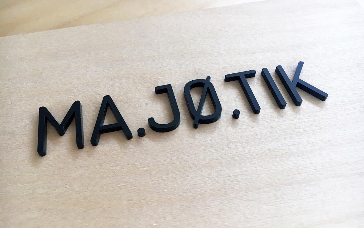 Photo MA.JØ.TIK logo DECOUPE LASER PMMA NOIR BOIS